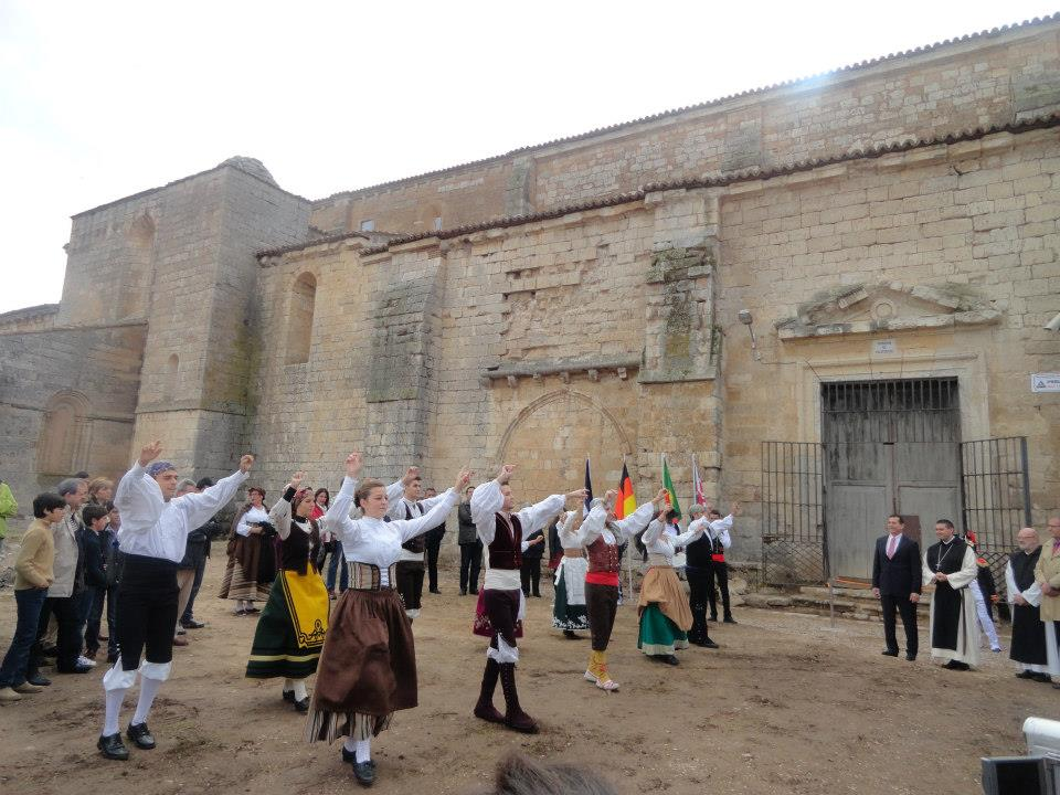Grupo Castiella baila la entradilla de Cabezón